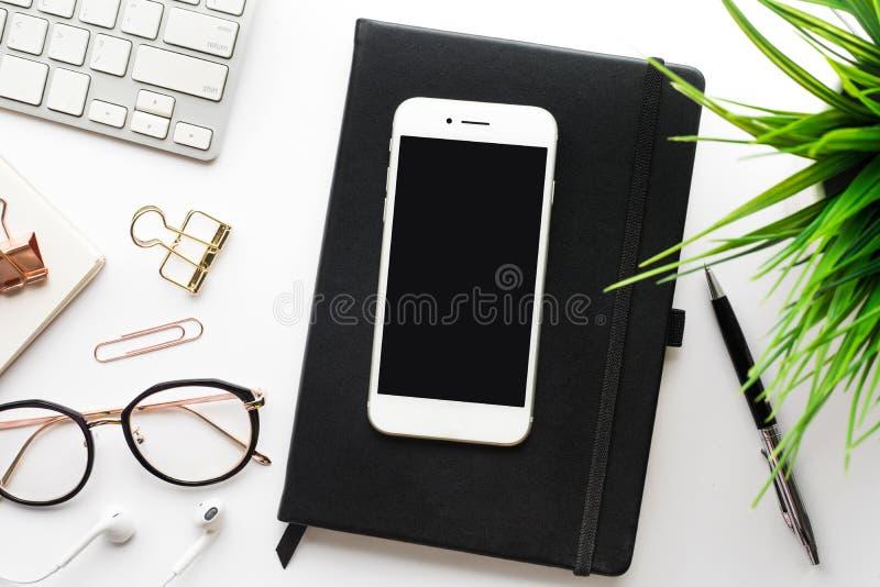 Odgórny widok smartphone na biurowego biurka stole z nowożytnymi akcesoriami fotografia royalty free