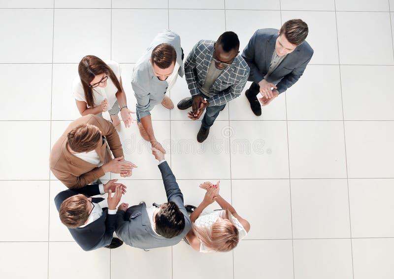 Odgórny widok Spotkanie partnery biznesowi w biurze zdjęcia royalty free