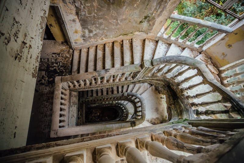 Odgórny widok stary rocznik dekorował schody w zaniechanym dworze zdjęcia stock