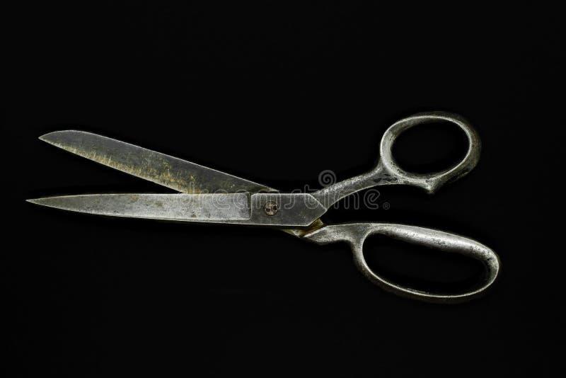 Odgórny widok starzy metali nożyce odizolowywający na czarnym tle zdjęcie royalty free