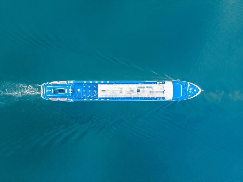 Odgórny widok statku żeglowanie wzdłuż błękitnej powierzchni zdjęcia royalty free