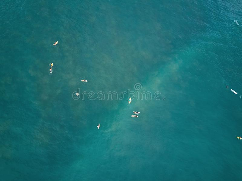 Odgórny widok surfingowowie w błękitne wody obrazy stock