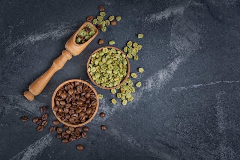 Odgórny widok surowe zielone unroasted, brąz piec kawowe fasole w i zdjęcia stock