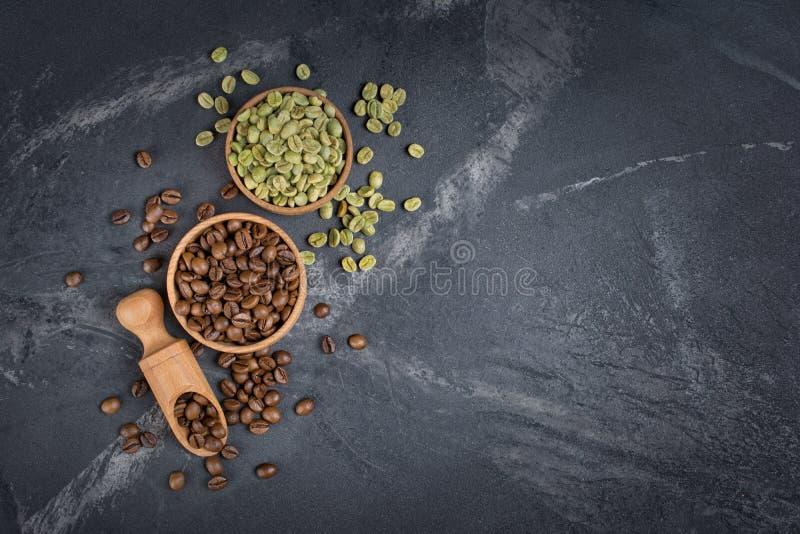 Odgórny widok surowe zielone unroasted, brąz piec kawowe fasole w i zdjęcie royalty free