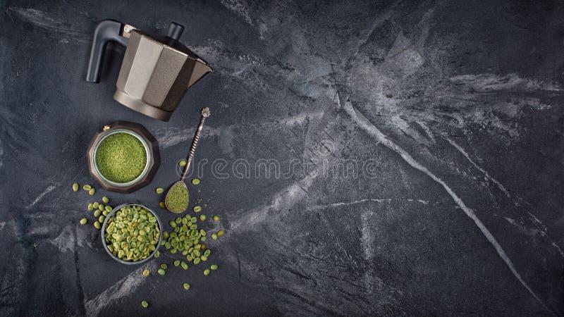 Odgórny widok surowe zielone unroasted zmielone fasole z gejzeru kawowym producentem i srebną łyżką obrazy royalty free