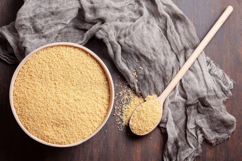 Odgórny widok Surowy couscous w pucharze fotografia stock