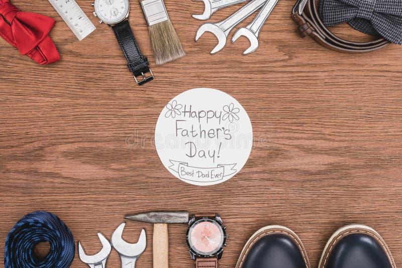 odgórny widok Szczęśliwy ojca dnia kartka z pozdrowieniami otaczający z ojciec atrybucją fotografia stock