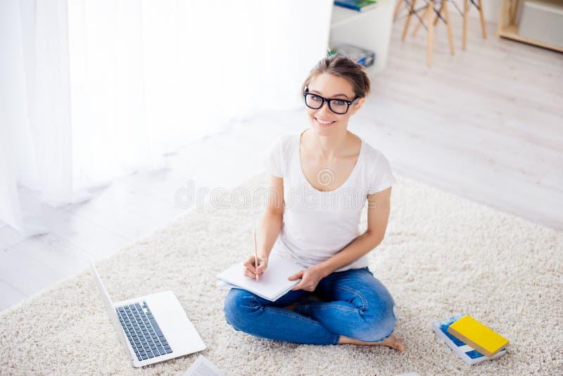 Odgórny widok szczęśliwy pomyślny nastoletni uczący się w domu siedzieć dalej zdjęcie royalty free