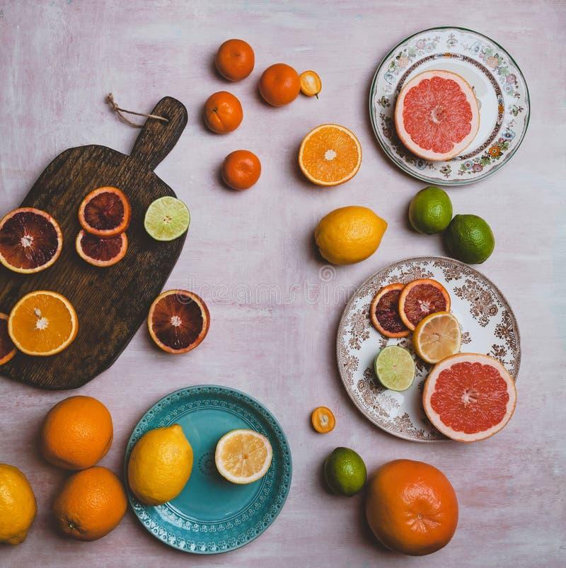 odgórny widok talerze, tnąca deska i różne cytrus owoc, fotografia royalty free