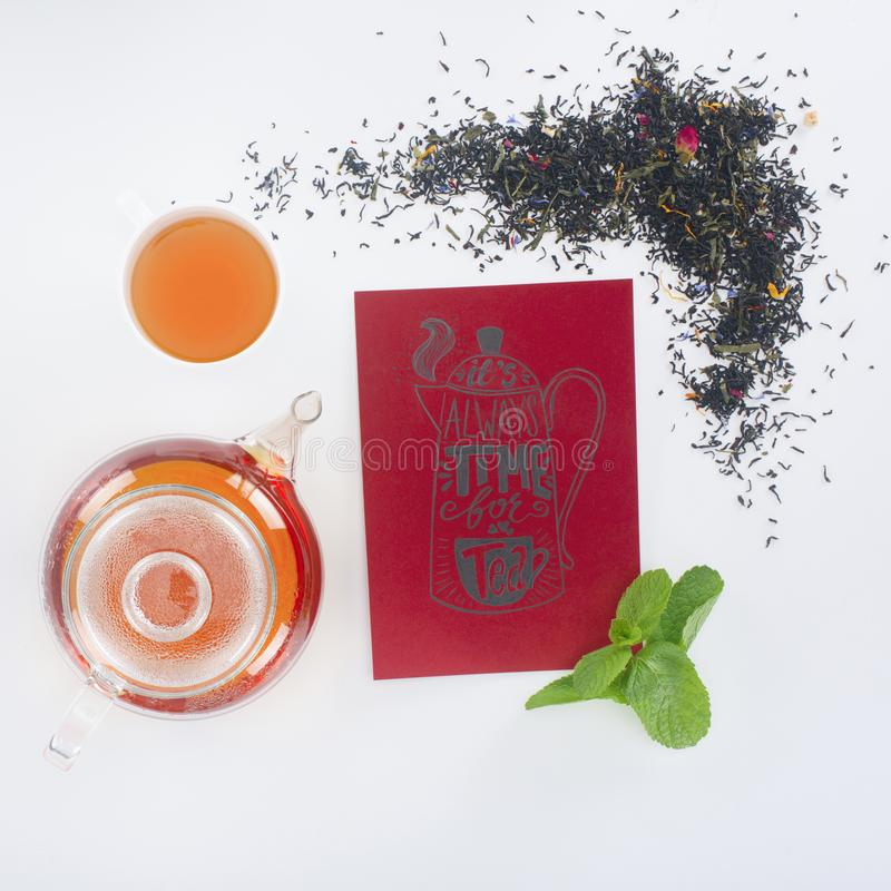 odgórny widok teapot, filiżanka z herbatą, herbaciany czasu menu i miętówka, fotografia stock