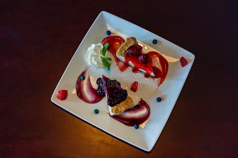 Odgórny widok truskawki, czarnej jagody cheesecake z i zdjęcie stock