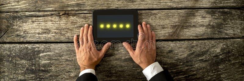 Odgórny widok trzyma cyfrową pastylkę z pięć złotym st męska ręka fotografia royalty free