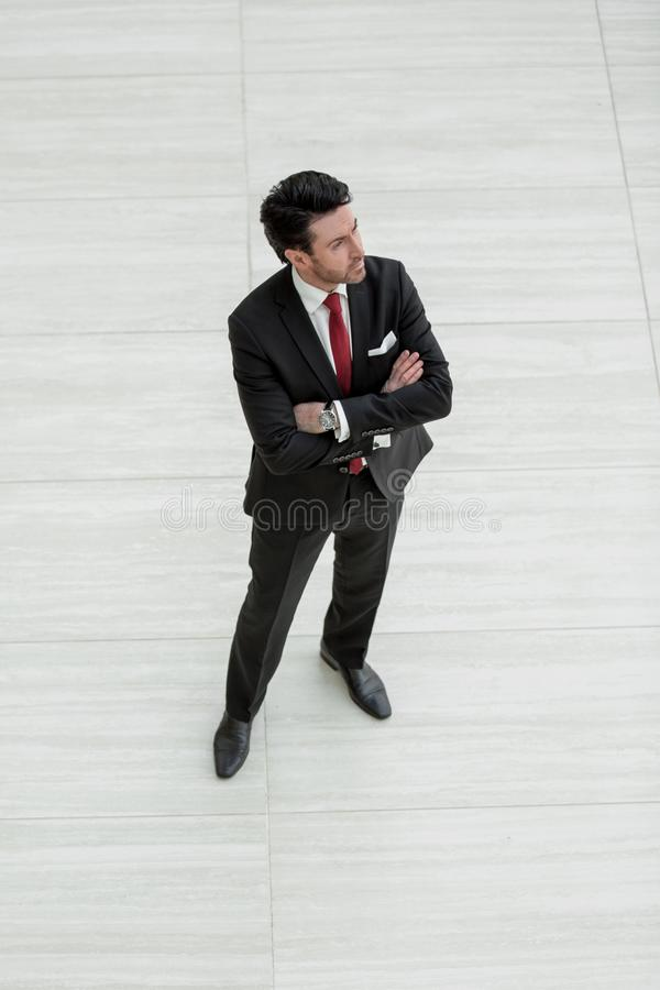 Odgórny widok ufny biznesmen z rzemienną teczką zdjęcie royalty free