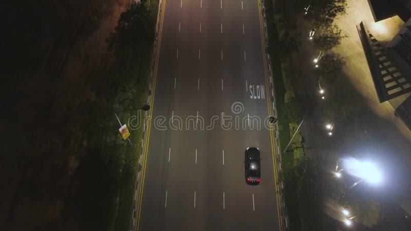 Odgórny widok ulica z samochodami i nowożytnymi budynkami w dużym Chińskim mieście przy nocą strzał Noc widok z lotu ptaka centru obrazy royalty free