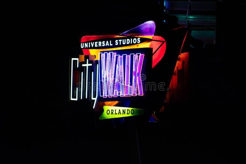 Odgórny widok Universal Studios CityWalk znak na ciemnym nocy tle przy Universal Studios terenem zdjęcia stock
