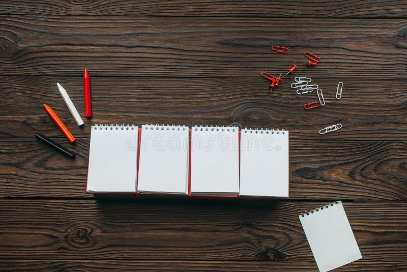 odgórny widok ustawiony puste miejsce kalendarz, ołówki, klamerki i szpilki, fotografia royalty free