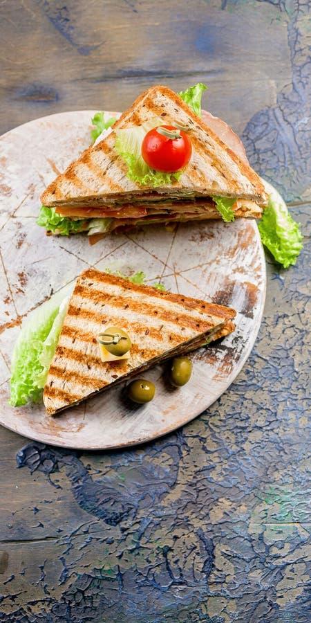 Odgórny widok uwędzona wołowiny kanapka na round tnącej desce Tradycyjny ?niadanie lub lunch fotografia royalty free