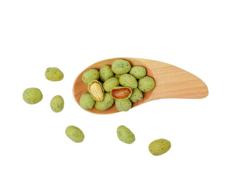 Odgórny widok wasabi przekąski crispy arachidowe piłki w łyżce odizolowywającej na białym tle zdjęcie stock