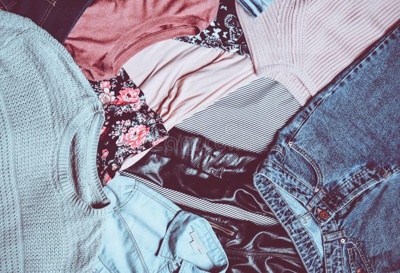 Odgórny widok wiele różny women& x27; s ubraniowy układ Drugi ręka zdjęcia stock