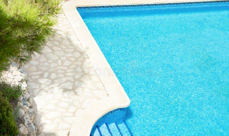 Odgórny widok Wielki dwór willi basen z Błękitną turkus wodą na Pogodnym letnim dniu Roślinność sosen Kamienny pokład zdjęcie stock