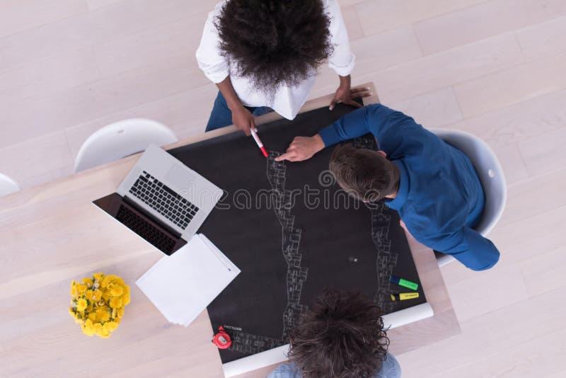 Odgórny widok Wieloetniczna początkowa biznes drużyna na spotkaniu obraz stock