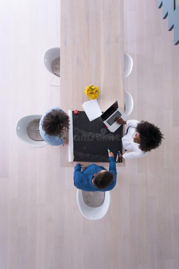 Odgórny widok Wieloetniczna początkowa biznes drużyna na spotkaniu obrazy stock