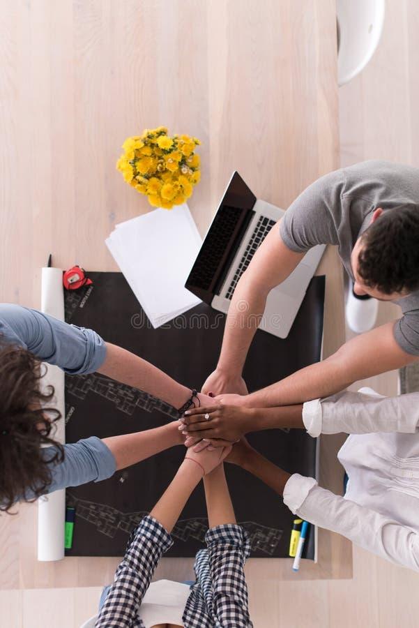 Odgórny widok Wieloetniczna początkowa biznes drużyna na spotkaniu zdjęcia stock