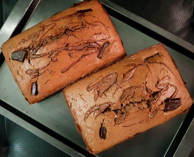Odgórny widok wyśmienicie czekoladowego torta bochenki w niecce Cukierki piec deser z kawałkami ciemna czekolada zdjęcie stock