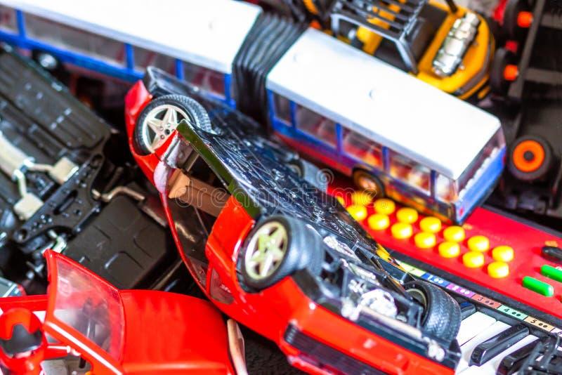 Odgórny widok zabawkarscy samochody i autobus w różnych kolorach i kształtach obraz stock