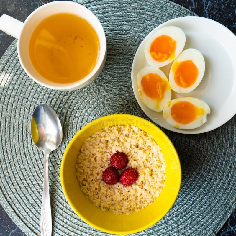 Odgórny widok zdrowy zboże owies z gotowanymi jajkami przy śniadaniem zdjęcia stock