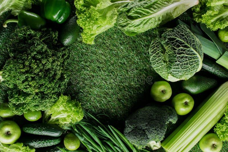 odgórny widok zieleni warzywa i owoc na trawie, zdrowy łasowania pojęcie fotografia royalty free