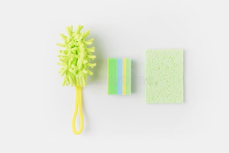 odgórny widok zielone płuczkowe gąbki i muśnięcie, zdjęcie royalty free