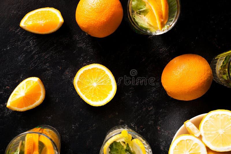 Odgórny widok zimna delicous oranżada w szkłach obok organicznie owoc obrazy royalty free