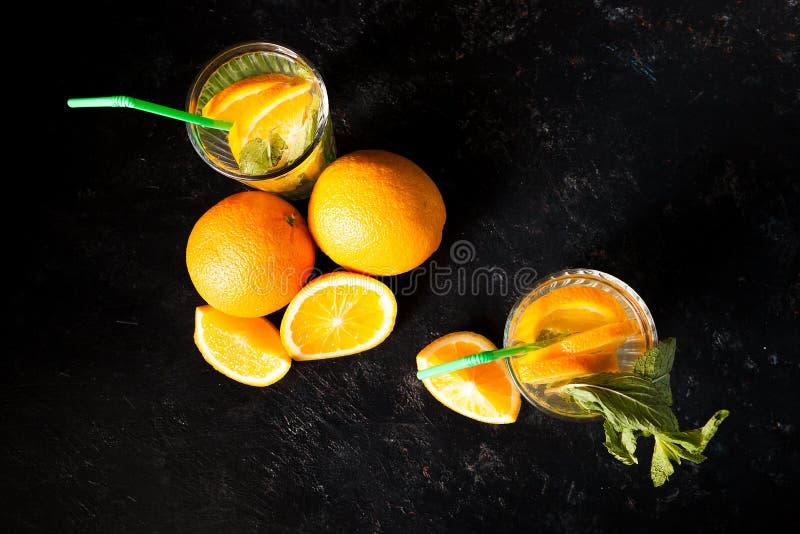 Odgórny widok zimna delicous oranżada w szkłach obok organicznie owoc obrazy stock