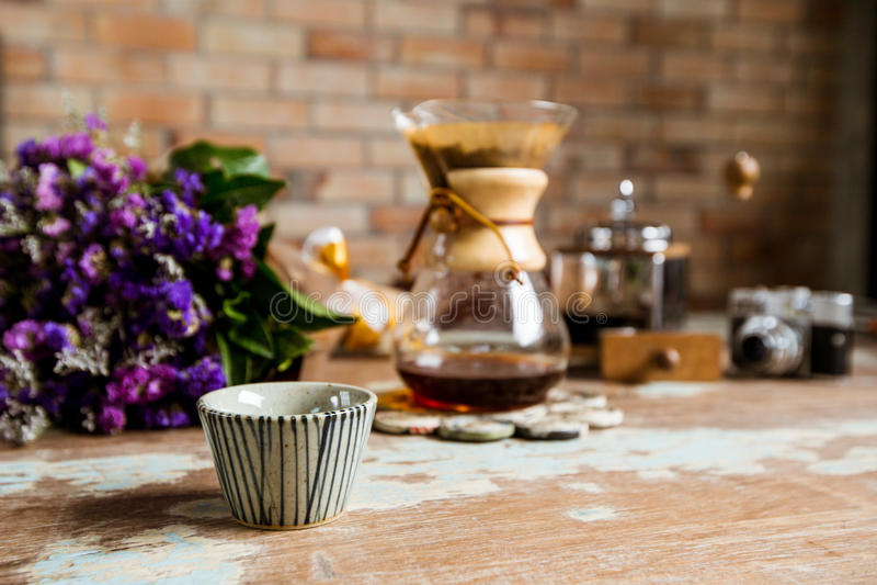 Odgórny widok zmielona kawowa dolewanie woda na kawie gruntuje z fi zdjęcie royalty free