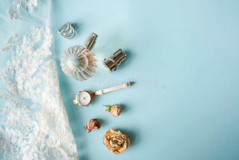 Odg?rnego widoku bielu koronki bielizna Set kobieta istotny akcesoryjny zegarek, pachnid?o, pier?cionek, r??e i bielizna na miesz zdjęcie stock
