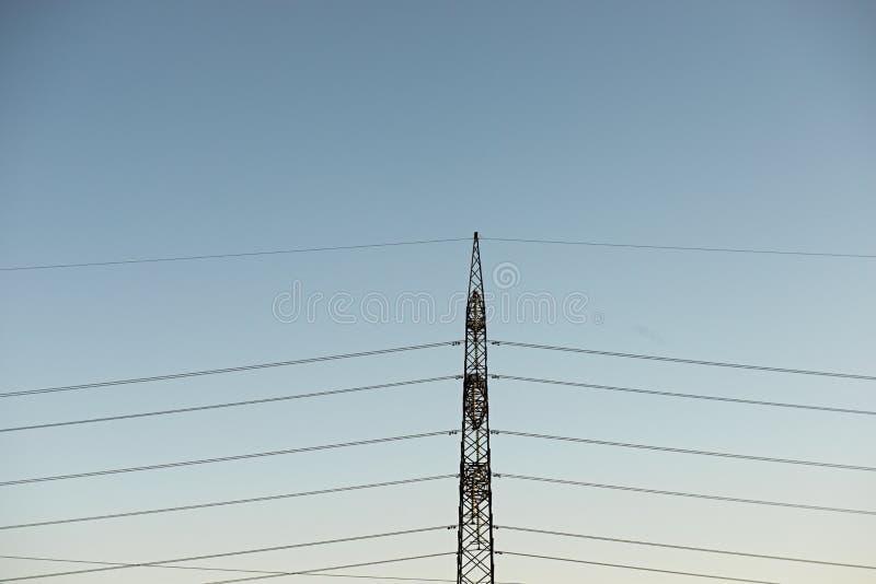 Odg?rny stary elektryczny filar na tle niebieskie niebo zdjęcia stock
