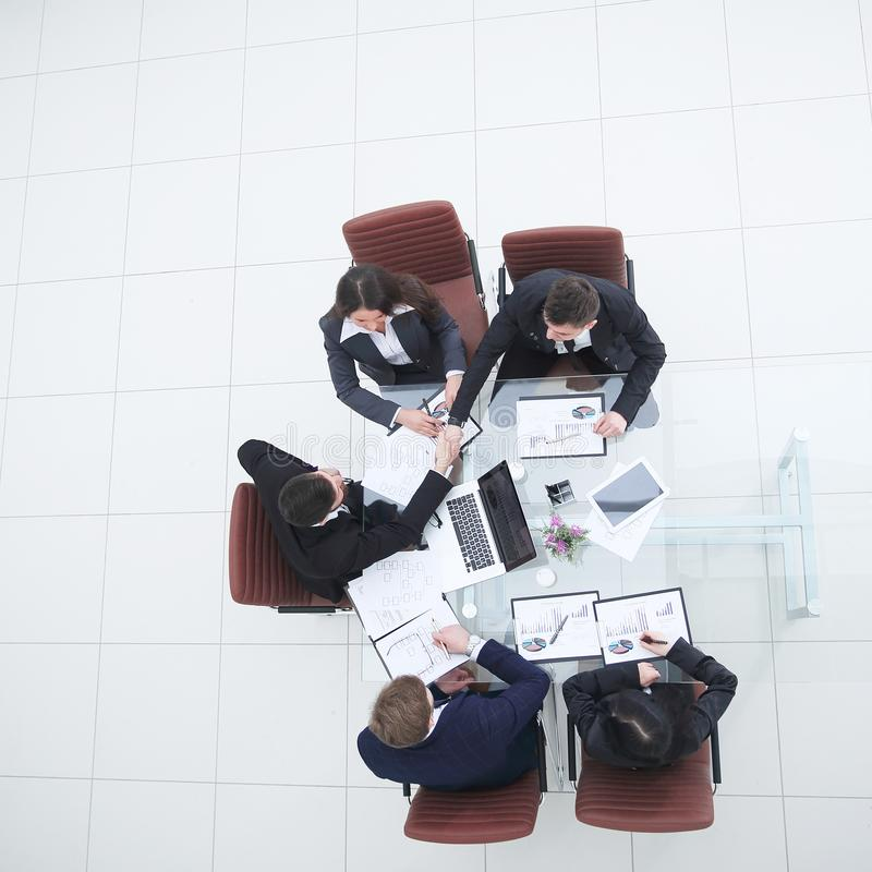 Odg?rny widok biznes dru?yna w biurowym miejscu pracy Fotografia z kopii przestrzeni? obraz stock