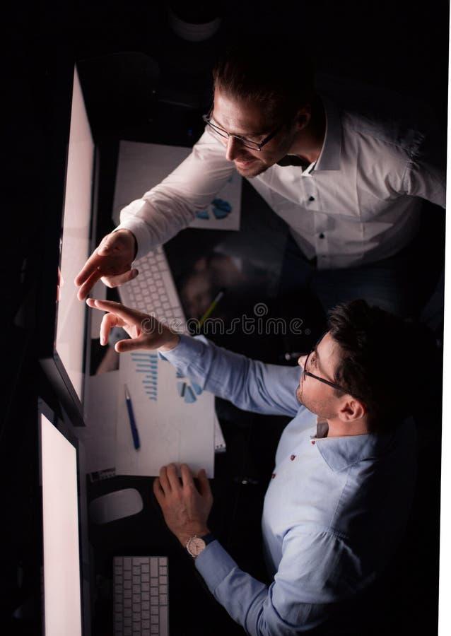 Odg?rny widok biznesowi koledzy dyskutuje informacj? na ekranie komputerowym fotografia stock