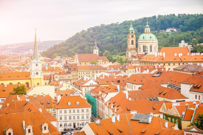 Odg?rny widok czerwie? zadasza linia horyzontu Praga miasto, republika czech fotografia stock