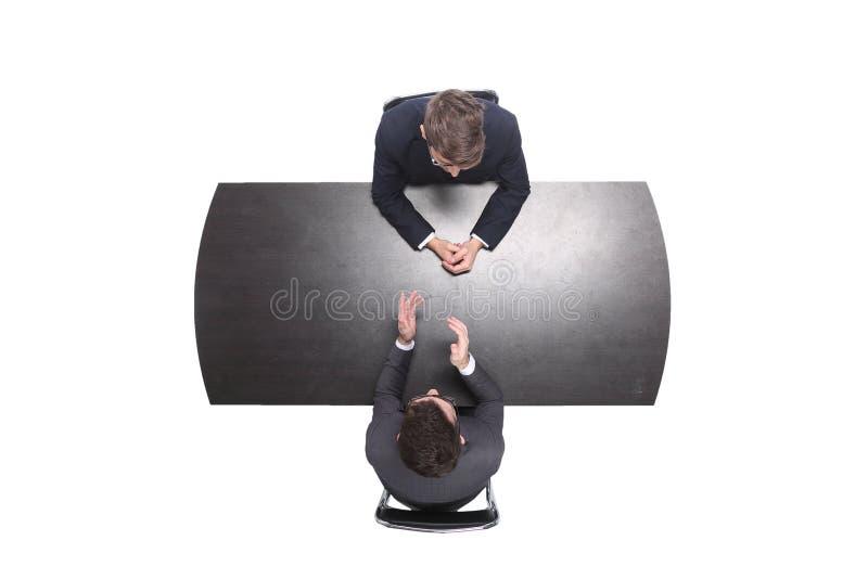 Odg?rny widok dwa ludzie biznesu dyskutuje coś przy spotkaniem zdjęcia royalty free