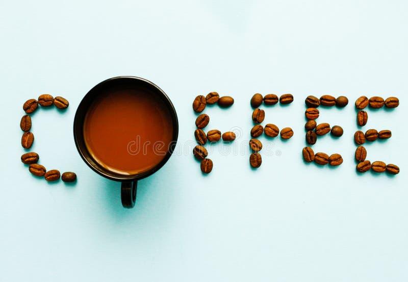 Odg?rny widok kawa i fasole na b??kitnym tle z kopii przestrzeni?, sztandaru styl dla teksta mieszkania nieatutowego sk?adu antyk zdjęcia royalty free