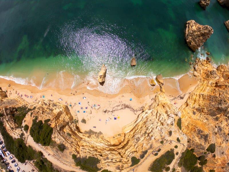 Odg?rny widok na wybrze?u Atlantycki ocean, pla?a i falezy w Praia De Marinha, Algarve Portugalia obrazy stock