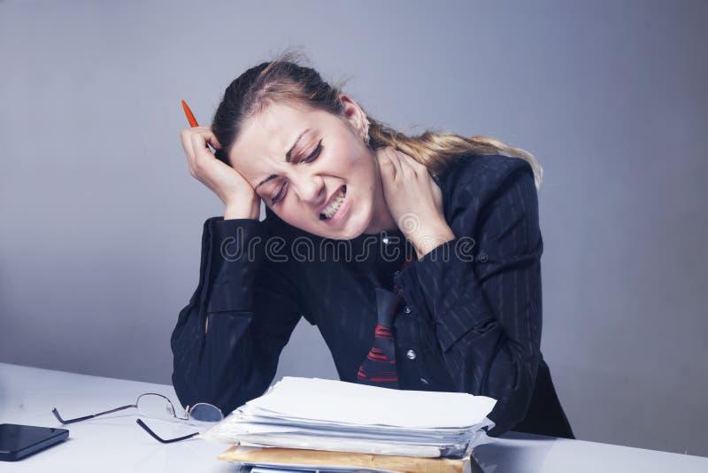 Odio il mio lavoro d'ufficio Inferno dell'ufficio Donna che impazze con il lavoro immagini stock libere da diritti