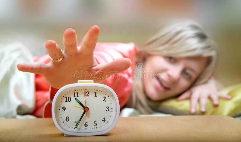 Odio los relojes de alarma imagen de archivo libre de regalías