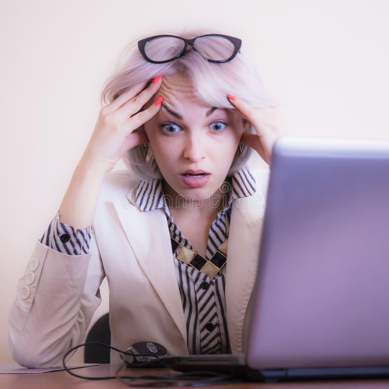 Odio mi trabajo de oficina Empresaria enojada joven en el lugar de trabajo como el s?mbolo de salarios bajos, horas de trabajo de imagen de archivo libre de regalías