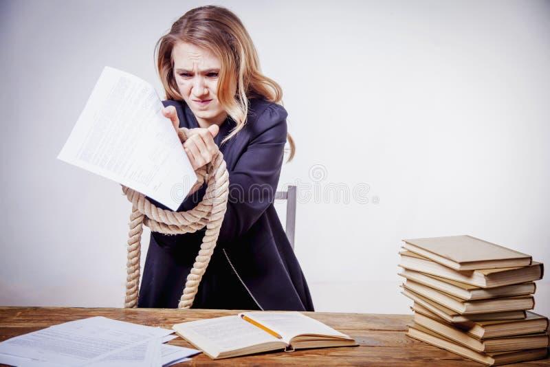 Odio mi trabajo de oficina Retrato del funcionamiento joven de la mujer de negocios imagenes de archivo