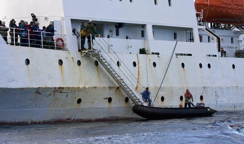 Odisea de Atlántico de la travesía de Expeditie de los tijdens del aterrizaje del zodiaco; Zodiaco imágenes de archivo libres de regalías