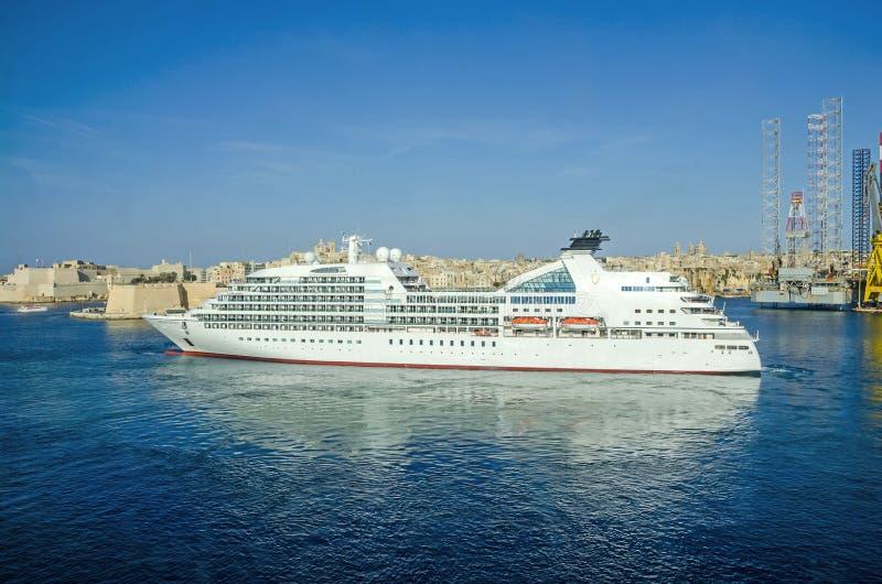 Odisseia de Seabourn do forro do cruzeiro com península de Senglea foto de stock royalty free