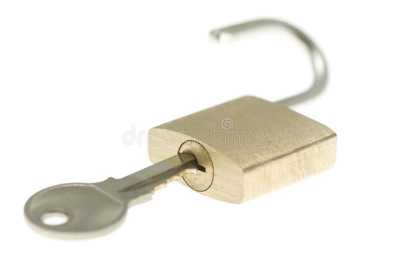 odizolowane mosiądza klucza rozpieczętowana kłódka tylko obraz stock